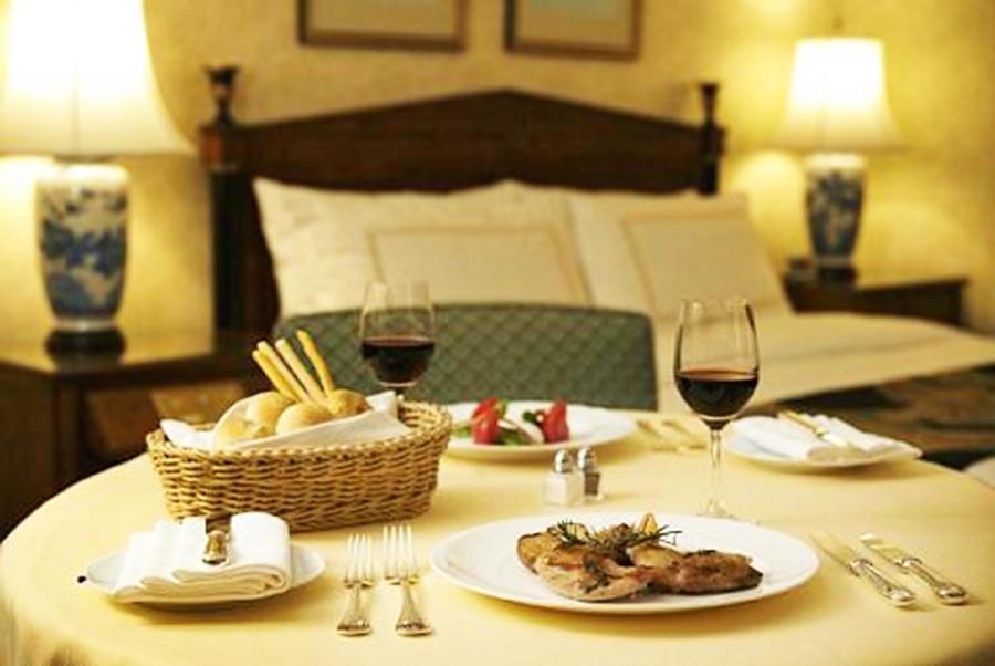 プライベート空間で楽しむ豪華なホテル料理
