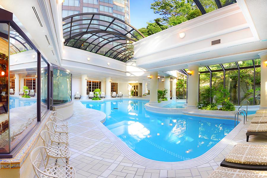 ホテル内に併設されている大きなプールは天井開閉式で開放的な空間でお楽しみいただけます