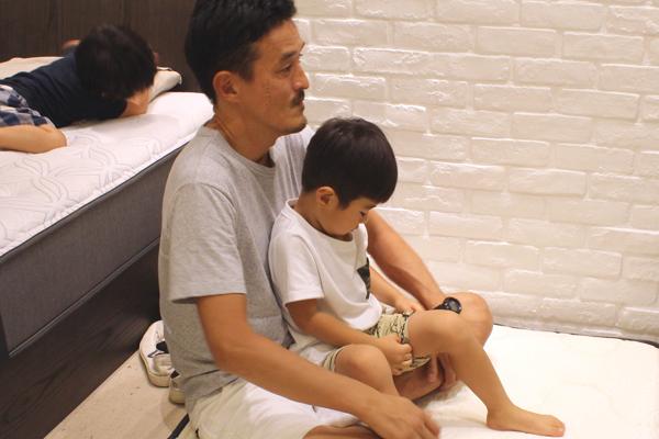パパのお膝にのってリラックス